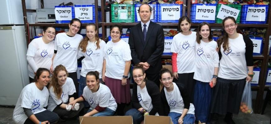 Jerusalem Mayor Nir Barkat Visits the Jerusalem branch of Chasdei Naomi