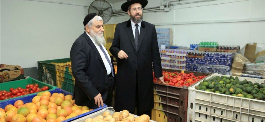 Israel's Chief Rabbi David Lau joins the Volunteers