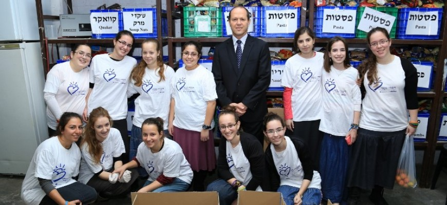 Jerusalem Mayor Nir Barkat Visits the Jerusalem branch of Chasdei Naomi