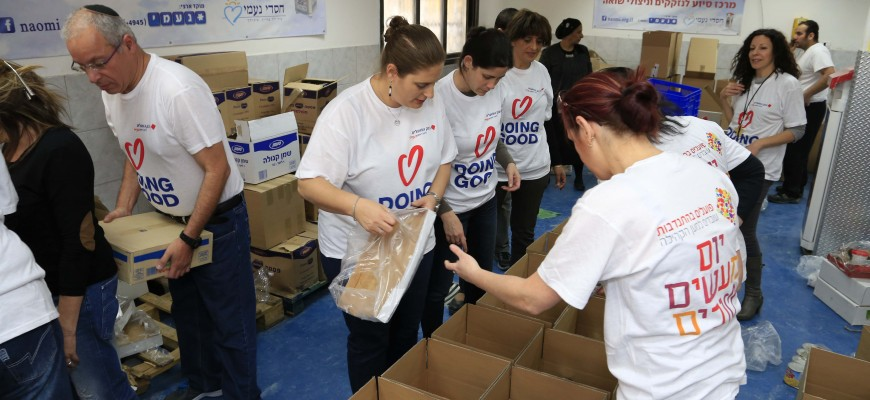 Thousands of Volunteers at Chasdei Naomi Centers on Good Deeds Day