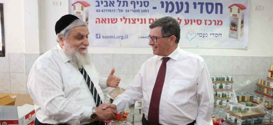 Israel Postal Company CEO Danny Goldstein on a visit to Hasdei Naomi