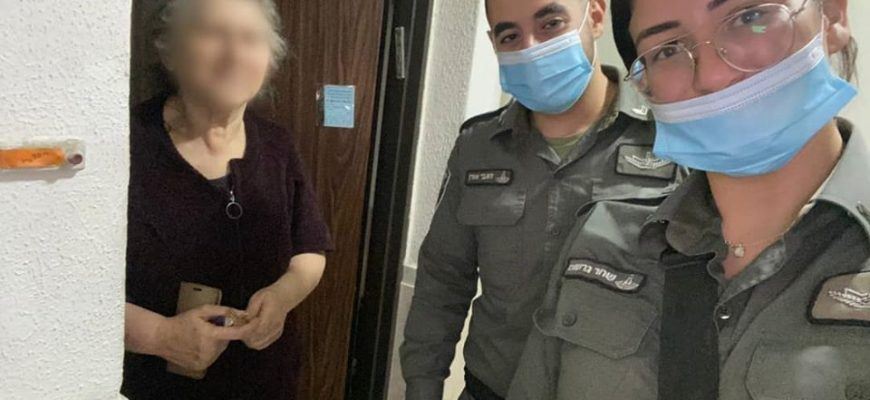 Israel Border Police withChasdei-Naomi's Volunteers had arrived each elderly home to distribute Shvout dairy